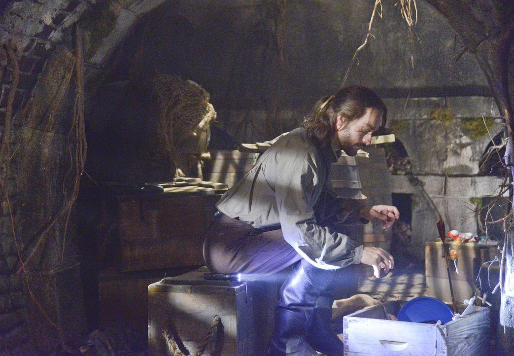 Um den kopflosen Reiter aufzuhalten, versucht Ichabod (Tom Mison) alles ... - Bildquelle: 2013 Twentieth Century Fox Film Corporation. All rights reserved.