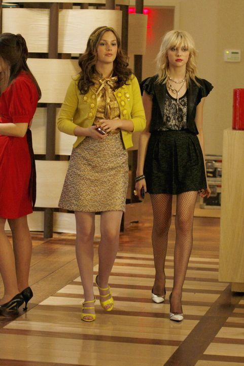 Blair (Leighton Meester, l.) stellt ihrem Gefolge die neue Anführerin Jenny (Taylor Momsen, r.) vor ... - Bildquelle: Warner Brothers