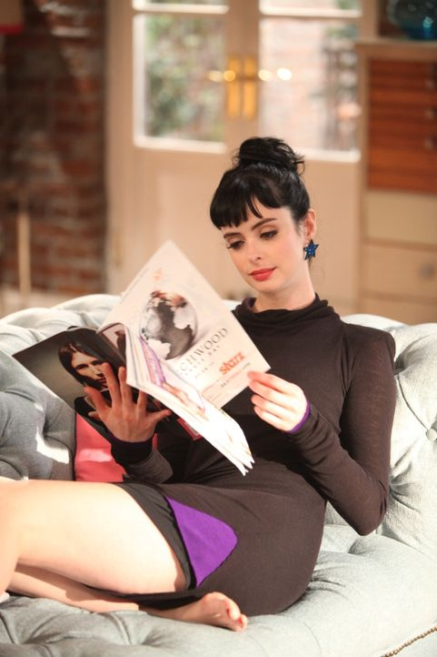So lässt es sich leben! Chloe (Krysten Ritter) nutzt die freie Zeit, die sie dank ihrer neuen Pflegetochter Molly hat ... - Bildquelle: 2012 American Broadcasting Companies. All rights reserved.
