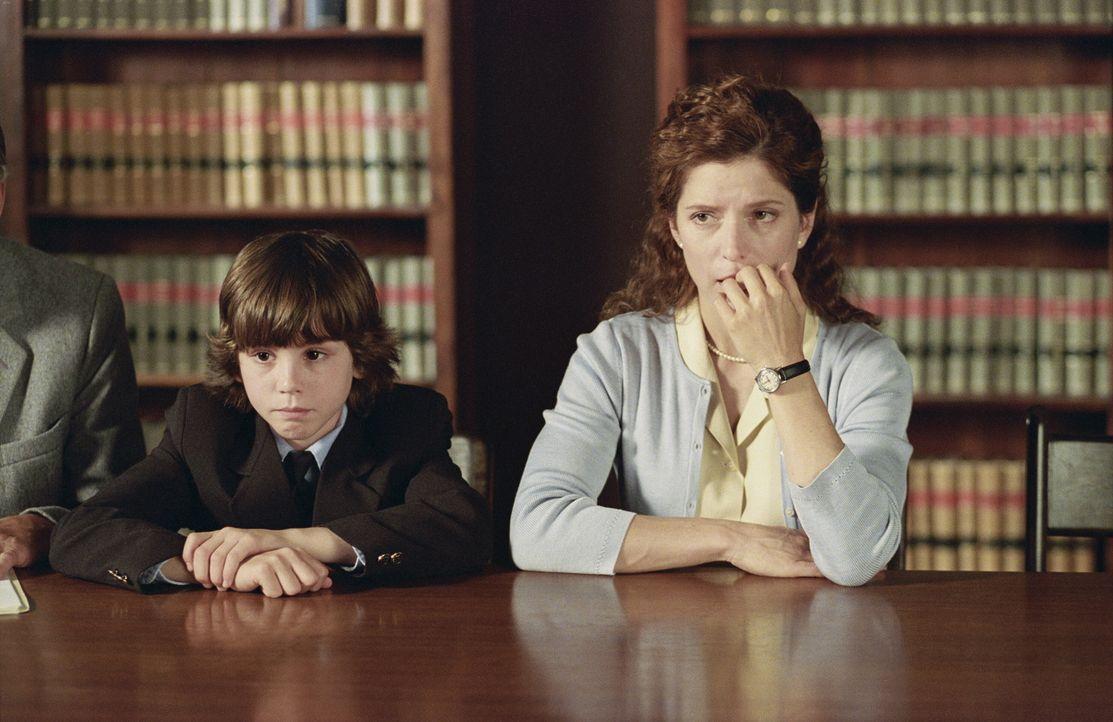 Weil der achtjährige Evan (Logan Lerman, l.) in der Schule ein blutrünstiges Bild gemalt hat, veranlasst dies seine Mutter Andrea (Melora Walters,... - Bildquelle: Warner Brothers