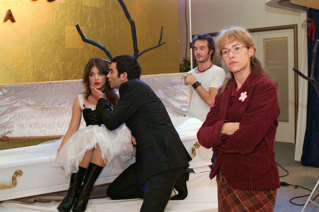 Während David (Mathis Künzler, 2.v.l.) sich besorgt um seine Verlobte kümmert, hat Lisa (Alexandra Neldel, r.) kein Verständnis für Mariellas (... - Bildquelle: Monika Schürle Sat.1