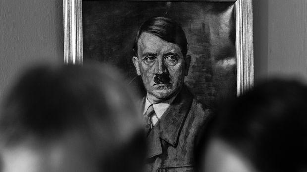 Für Adolf Hitler wird es immer schwieriger, sein Bild als siegreicher Führer...