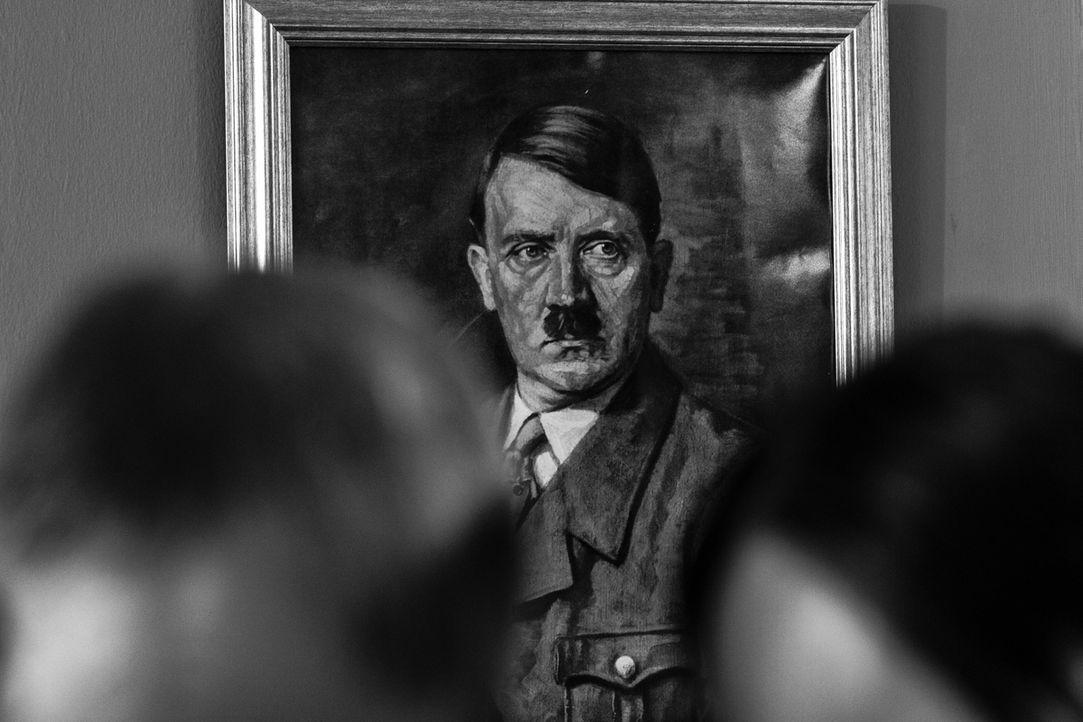 Für Adolf Hitler wird es immer schwieriger, sein Bild als siegreicher Führer aufrecht zu erhalten -eine verheerende Niederlage folgt auf die nächste...
