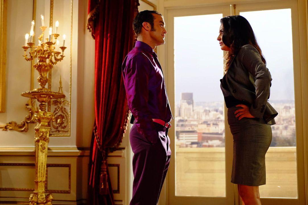 Geraten wegen unterschiedlicher Ansichten aneinander: König Cyrus (Jake Maskall, l.) und die Premierministerin Rani (Laila Rouass, r.) ... - Bildquelle: 2015 E! Entertainment Media LLC/Lions Gate Television Inc.
