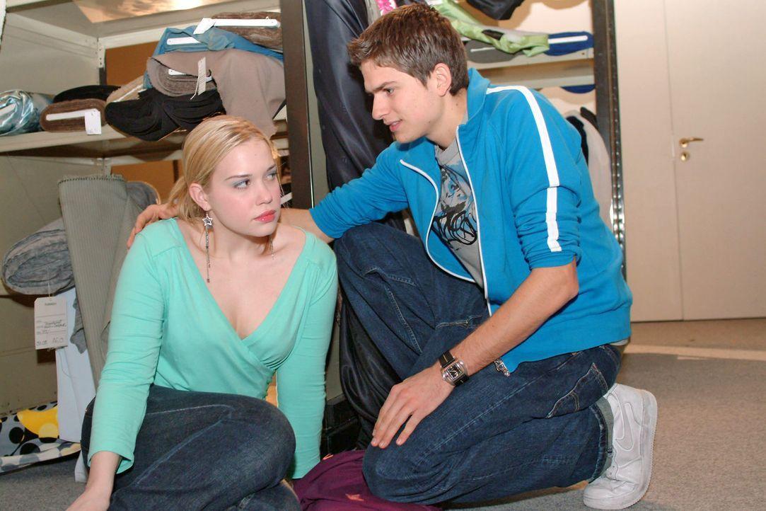 Timo (Matthias Dietrich, r.) findet plötzlich Gefallen an Kim (Lara-Isabelle Rentinck, l.) ... - Bildquelle: Noreen Flynn Sat.1