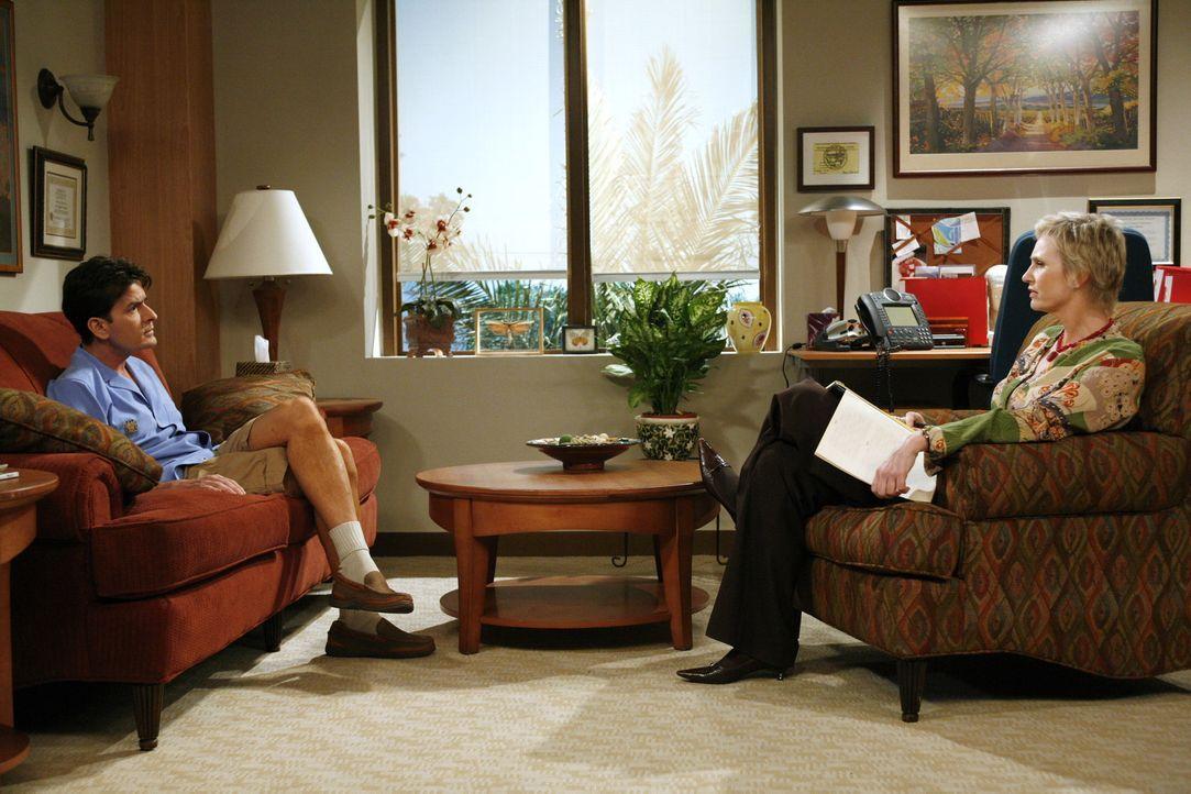 Charlie (Charlie Sheen, r.) schüttet sein Herz bei seiner Therapeutin Dr. Freeman (Jane Lynch, l.) aus. Er befürchtet schwul zu sein ... - Bildquelle: Warner Brothers Entertainment Inc.