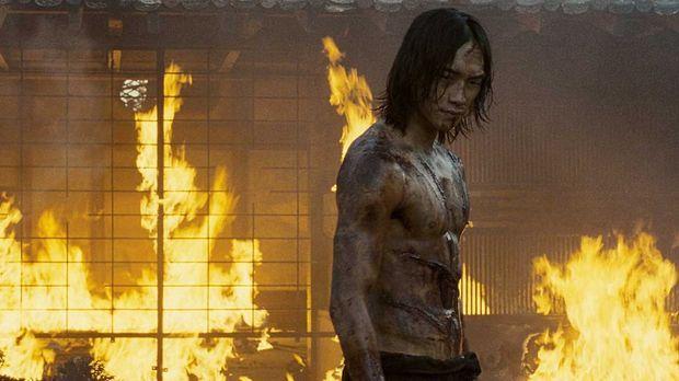 Als seine Freundin brutal hingerichtet wird, bricht Auftragskiller Raizo (Rai...