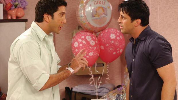 Da Ross (David Schwimmer, l.) überzeugt ist, dass Joey (Matt LeBlanc, r.) Rac...