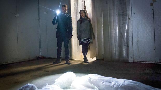 Holmes (Jonny Lee Miller, l.) und Watson (Lucy Liu, r.) werden zu einem Mordf...