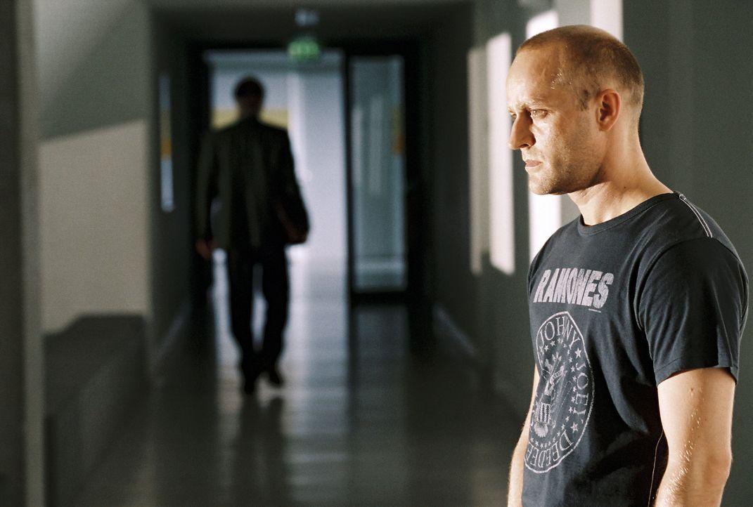 Erst viel zu spät erkennt der Lehrer Rainer Wenger (Jürgen Vogel), dass er sich der Dynamik des Prozesses nur noch schwer entziehen kann ... - Bildquelle: Constantin Film