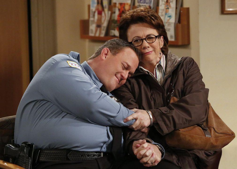 Da Molly darauf besteht, dass Mike (Billy Gardell, l.) nach mehr als zehn Jahren mal wieder zu einem Arzt geht und sich durchchecken lässt, bittet e... - Bildquelle: Warner Brothers