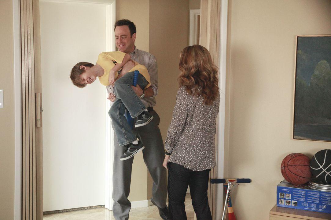 Während Charlotte von alten Gefühlen heimgesucht wird, genießt Cooper sein neues Leben als Vater: Cooper (Paul Adelstein, M.), Mason (Griffin Glu... - Bildquelle: ABC Studios