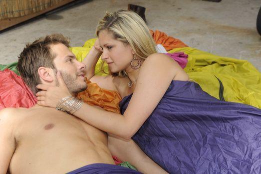 Mia (Josephine Schmidt, r.) macht Enrique (Jacob Weigert, l.) eine Liebeserkl...