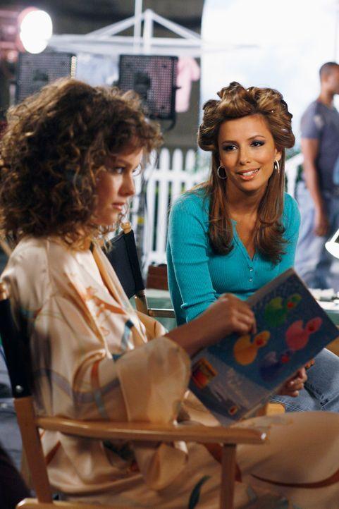 Gabrielle (Eva Longoria, r.) kann nicht fassen, dass Tanya (Allison Miller, l.) den Auftrag bekommen hat, den sie eigentlich wollte ... - Bildquelle: 2005 Touchstone Television  All Rights Reserved
