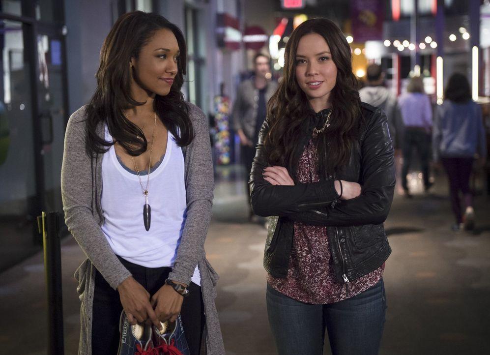 Als ein Notruf sowohl Eddie als auch Barry alarmiert, stehen plötzlich Iris (Candice Patton, l.) und Linda (Malese Jow, r.) alleine da - eine höchst... - Bildquelle: Warner Brothers.
