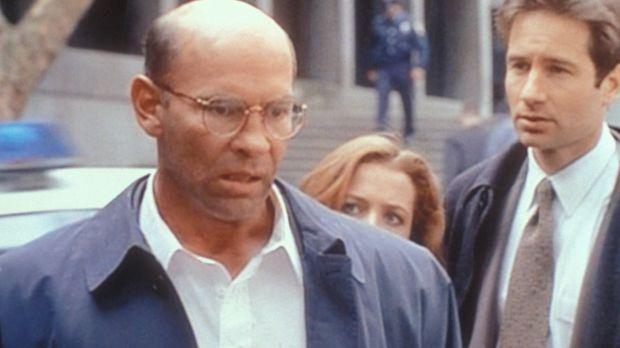 Der FBI-Vize-Direktor Walter Skinner (Mitch Pileggi, l.) wird von der Polizei...