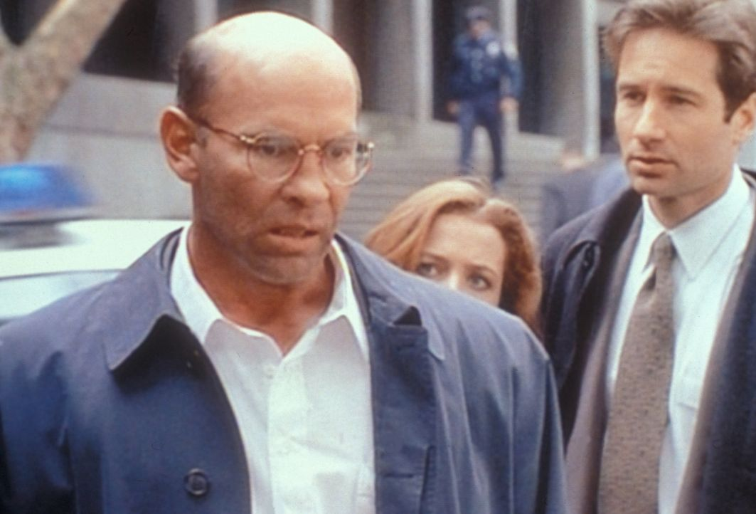 Der FBI-Vize-Direktor Walter Skinner (Mitch Pileggi, l.) wird von der Polizei verdächtigt, eine Prostituierte umgebracht zu haben. Obwohl Scully (Gi... - Bildquelle: TM +   2000 Twentieth Century Fox Film Corporation. All Rights Reserved.