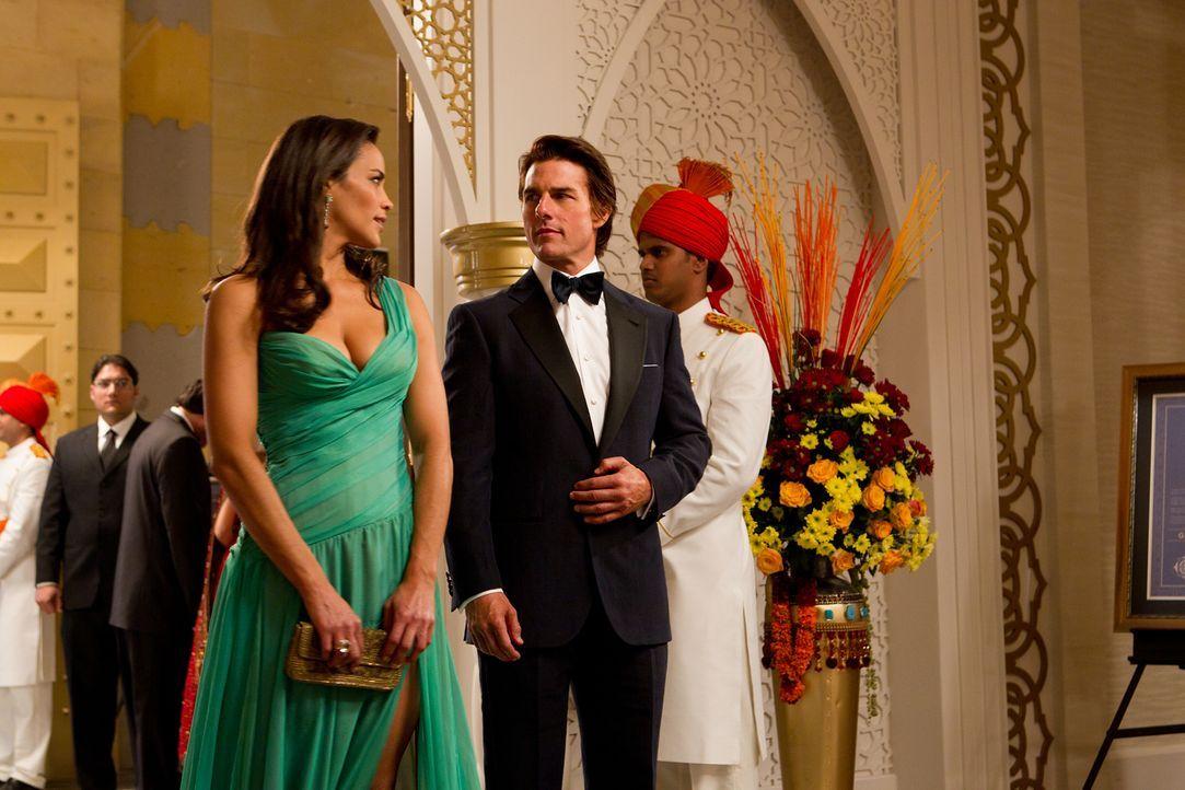 In Indien versucht Ethan Hunt (Tom Cruise, r.) mit Hilfe seiner bezaubernden Kollegin Jane Carter (Paula Patten, l.), an einen streng geheimen Zugan... - Bildquelle: 2011 Paramount Pictures.  All Rights Reserved.
