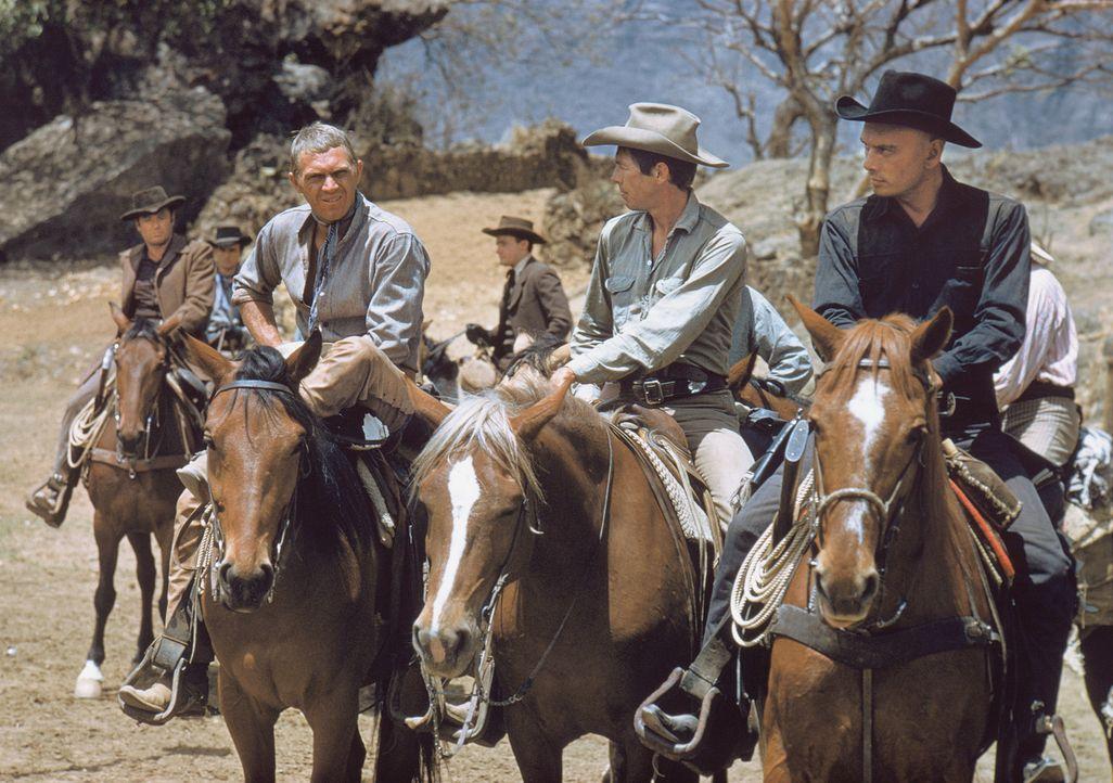Vin (Steve McQueen, 2.v.l.), Britt (James Coburn, 2.v.r.) und Chris (Yul Brynner, r.) werden von einem mexikanischen Dorf angeheuert, die Bewohner g... - Bildquelle: 1960 METRO-GOLDWYN-MAYER STUDIOS INC. All Rights Reserved.
