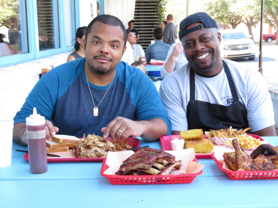 (v.l.n.r.) Roger Mooking; Rodney Scott - Bildquelle: Christopher Shane 2017, Television Food Network, G.P. All Rights Reserved./ Christopher Shane