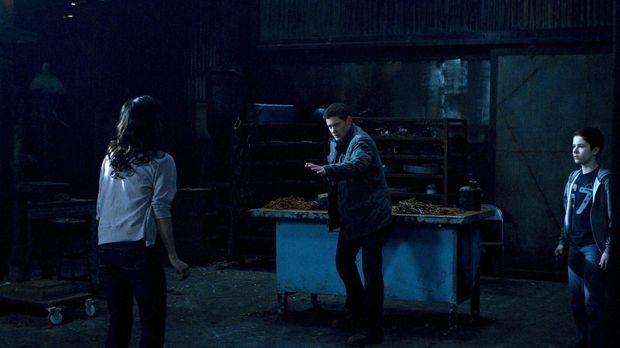 Die Dämonen nutzen Lisa (Cindy Sampson, l.) und Ben (Nicholas Elia, r.), um D...