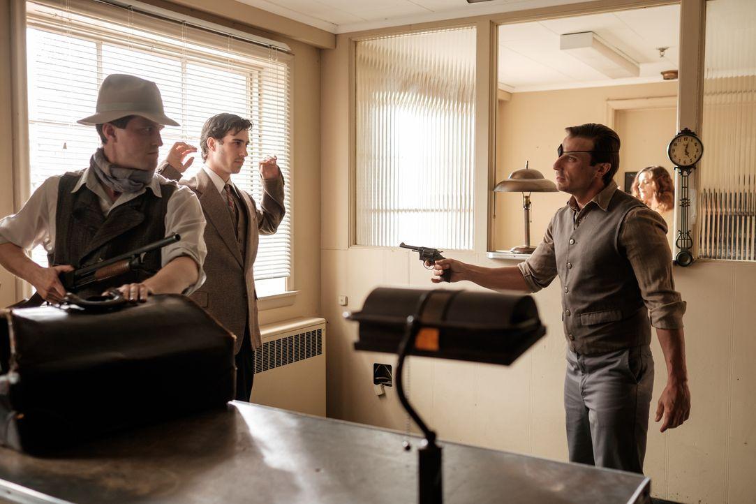 John Ashley (Greg Zajac, r.) und sein Gangmitglied John Middleton (Trevor Ketcheson, l.) schrecken vor nichts zurück, um an Geld zu kommen. Doch dan... - Bildquelle: Darren Goldstein Cineflix 2015