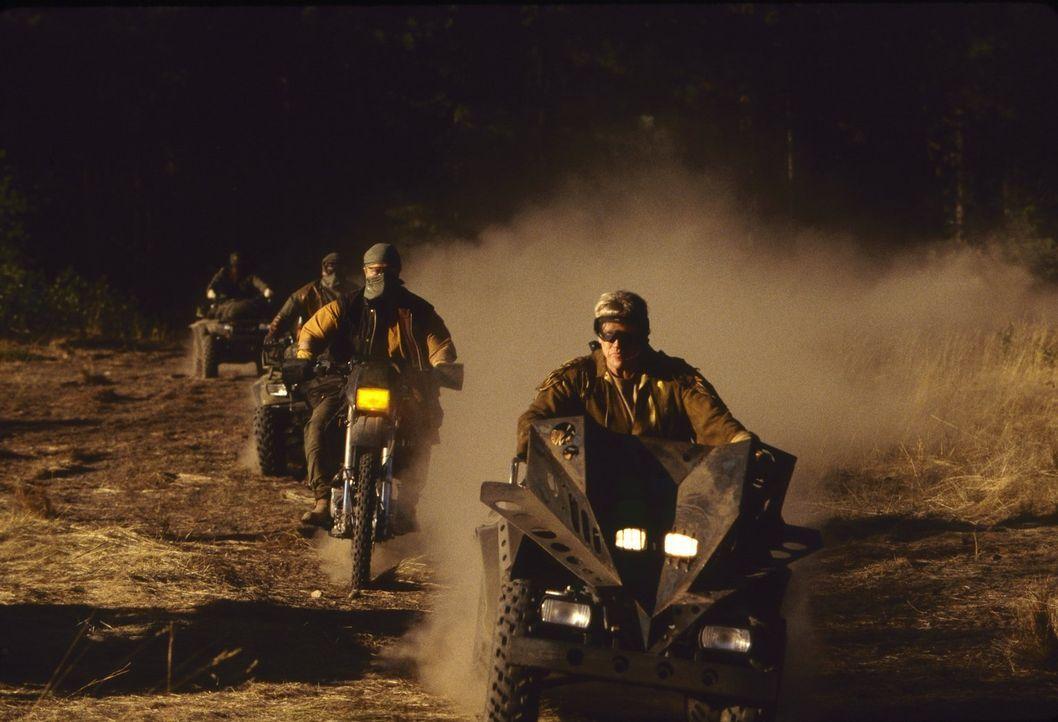 Gehen auf eine ganz besondere Jagd: Thomas Burns (Rutger Hauer, 2.v.r.) und Hawkins (Gary Busey, r.) ... - Bildquelle: Warner Brothers