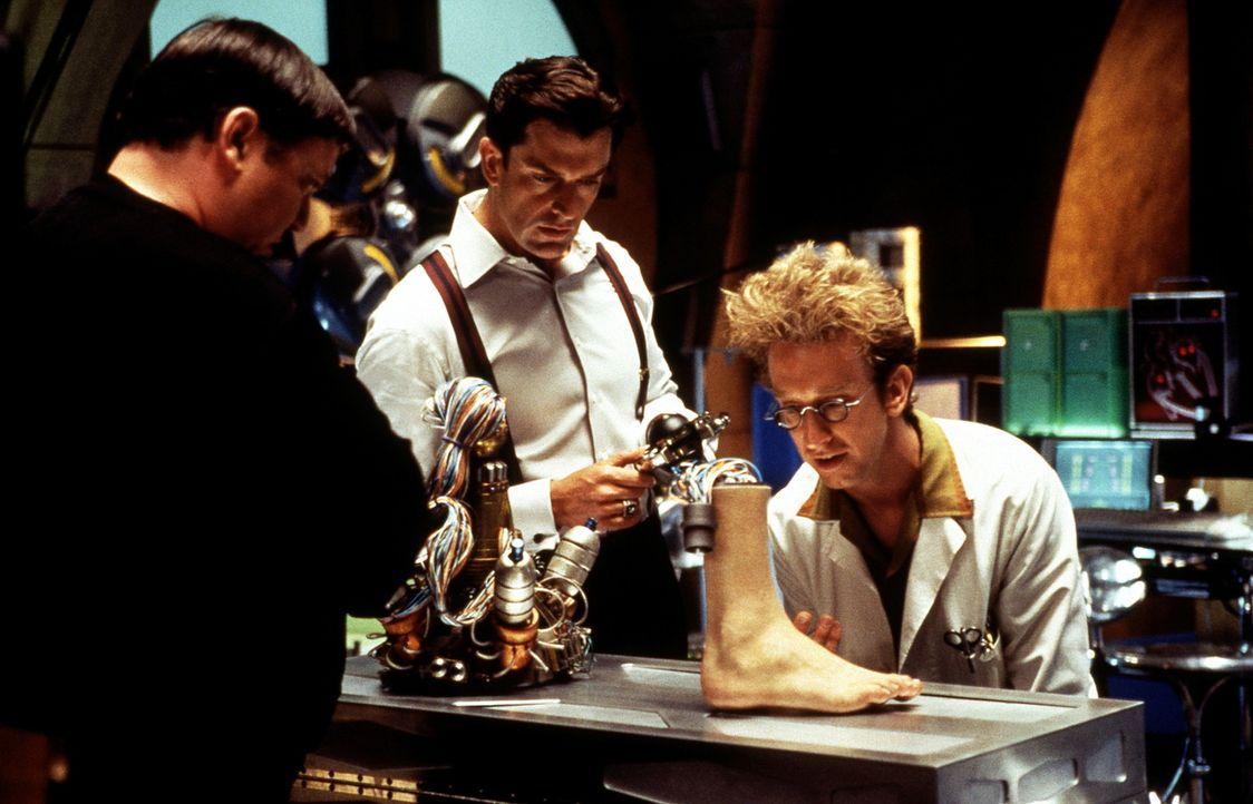 Nachdem er die Formel für einen menschenähnlichen Roboter von einem Wissenschaftler gestohlen hat, arbeitet der böse Claw (Rupert Everett, M.) mi... - Bildquelle: Buena Vista Pictures
