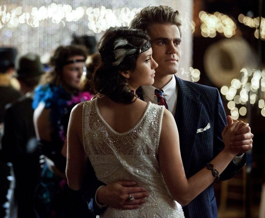 Stefan tanzt Elena zuliebe - Bildquelle: Warner Bros. Entertainment Inc.