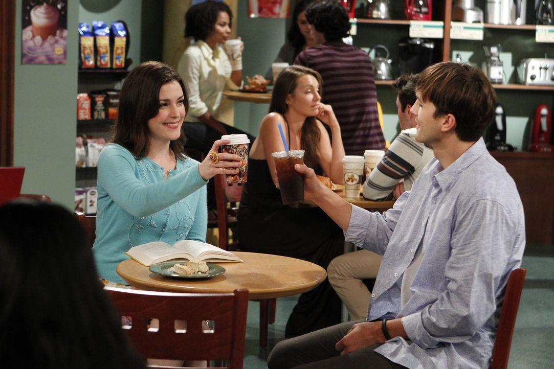 Eines Abends lernt Walden (Ashton Kutcher, r.) Rose (Melanie Lynskey, l.) kennen und entgegen aller Warnungen durch Alan, fängt er trotzdem an, sich... - Bildquelle: Warner Brothers Entertainment Inc.