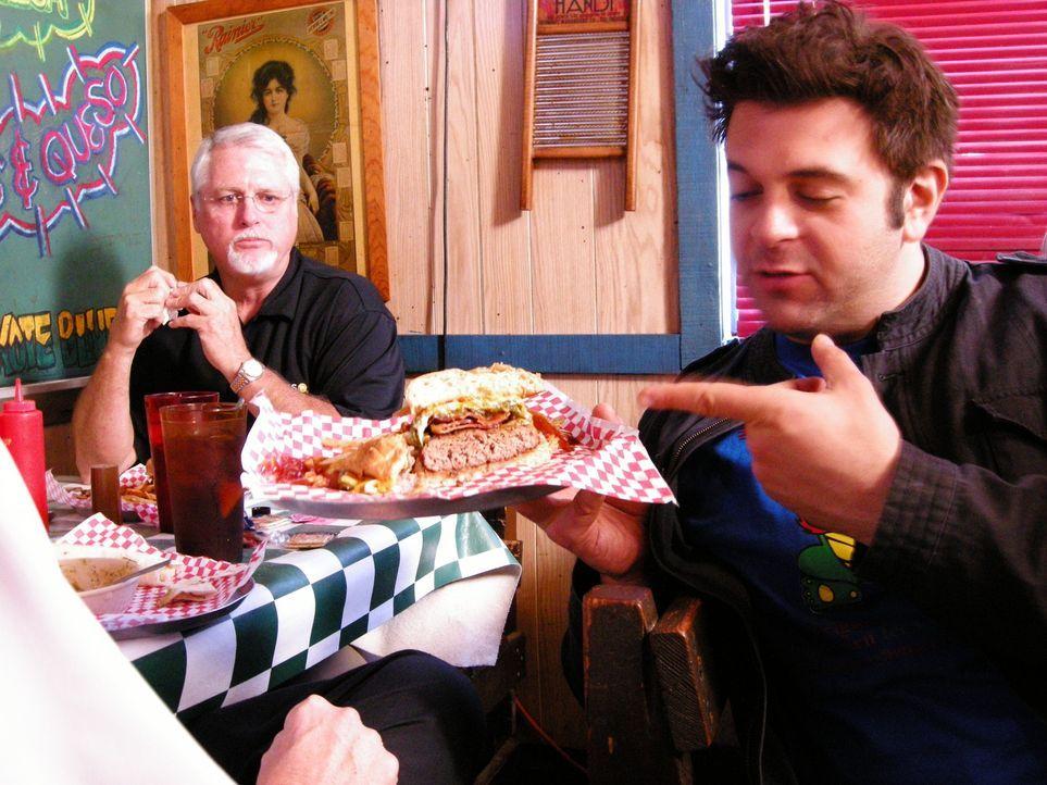 In Amarillo im Coyote Bluff Café gibt es den Höllen-Burger, der Adam (r.) ein intensives und scharfes Geschmackserlebnis bietet. Doch Adam schafft j... - Bildquelle: 2008, The Travel Channel, L.L.C.