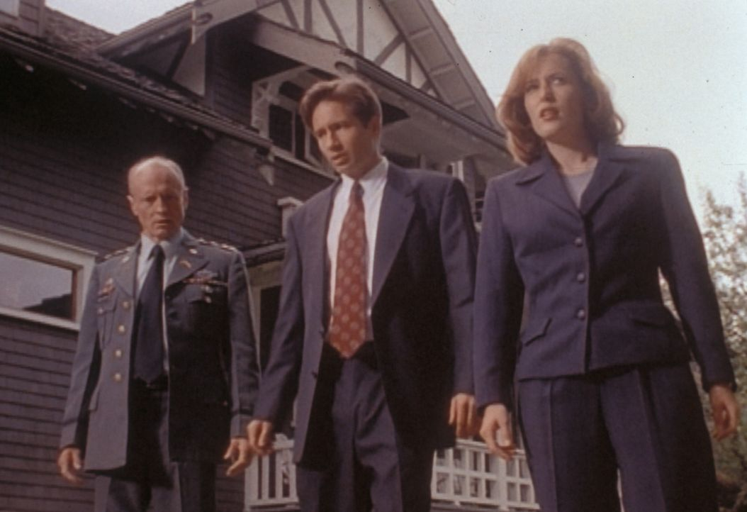 Scully (Gillian Anderson, r.) und Mulder (David Duchovny, M.) erklären General Callahan (Thomas Kopache, l.), dass er und seine Familie nach einer g... - Bildquelle: TM +   Twentieth Century Fox Film Corporation. All Rights Reserved.