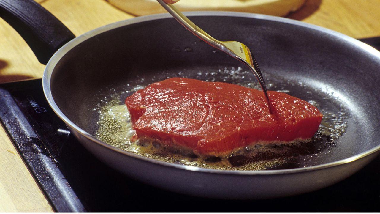 Fleisch muss scharf angebraten werden - Bildquelle: dpa