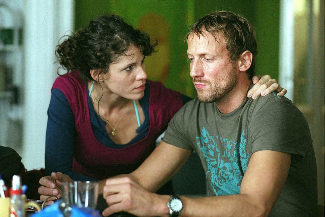 Noah (Wotan Wilke Möhring, r.) verschweigt seiner Freundin Franka (Jasmin Gerat, l.), dass er den verletzten Luis beklaut hat. - Bildquelle: Miguel Dieterich Sat.1