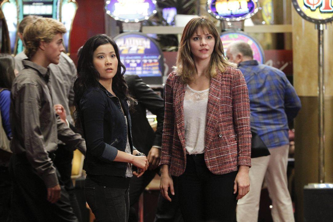 Erkennen zu spät, in welche Schwierigkeiten sie geraten sind: Happy (Jadyn Wong, l.) und Paige (Katharine McPhee, r.) ... - Bildquelle: Sonja Flemming 2014 CBS Broadcasting, Inc. All Rights Reserved