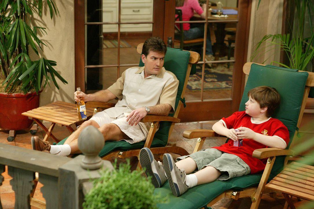 Jake (Angus T. Jones, r.) hat Geburtstag, und zu Charlies (Charlie Sheen, l.) Freude kommt auch Judiths attraktive Schwester Liz, mit der er einst h... - Bildquelle: Warner Bros. Television