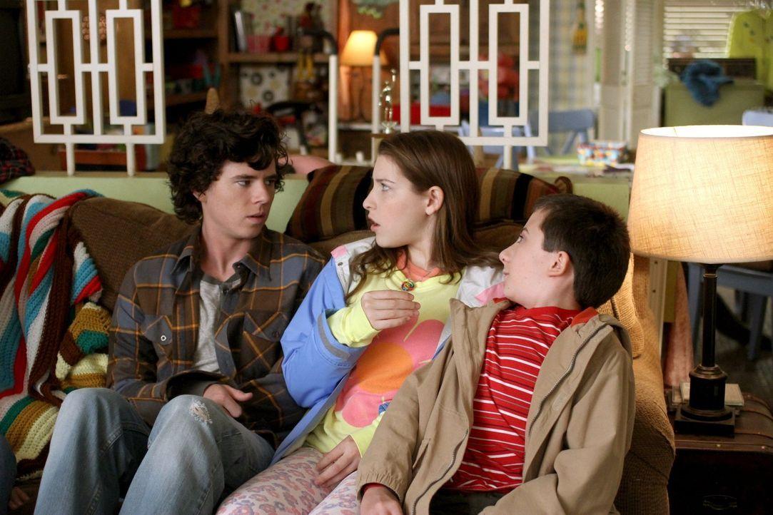 Während Frankie und Charlie davon sprechen, möglicherweise auszuziehen, haben deren Kinder eigene Probleme. Axl (Charlie McDermott, l.) täuscht eine... - Bildquelle: Warner Brothers
