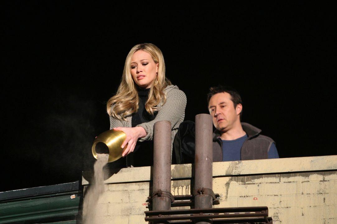 Morgan (Hilary Duff, l.) will endlich mit dem Tod von Rick (Currie Graham, r.) abschließen können, doch sein Geist macht ihr einen Strich durch die... - Bildquelle: ABC Studios