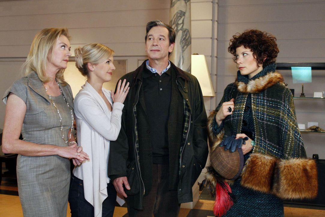 Elisabeth (Birte Berg, l.), Alexandra (Ivonne Schönherr, 2.v.l.) und Emily (Anna Schäfer, r.) atmen erleichtert auf, als sich herausstellt, dass J... - Bildquelle: SAT.1