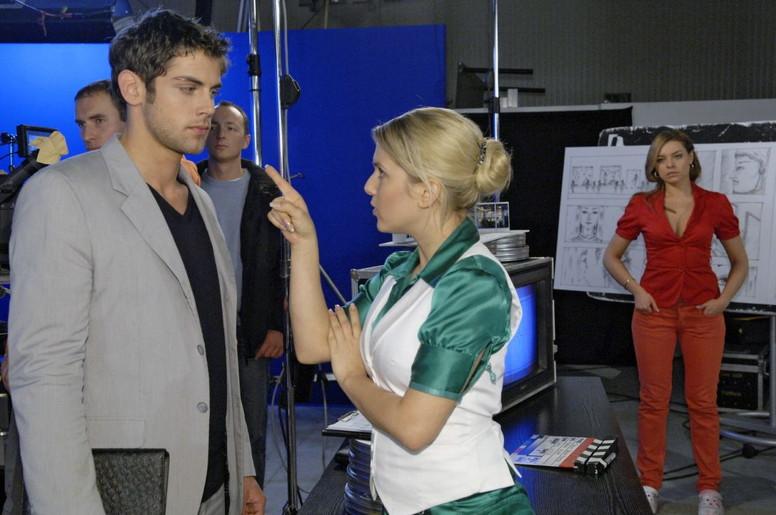Anna (Jeanette Biedermann, M.) ist wütend auf Jonas (Roy Peter Link, l.), der sich entschieden hat, bei Katja (Karolina Lodyga, r.) zu bleiben. - Bildquelle: Claudius Pflug Sat.1