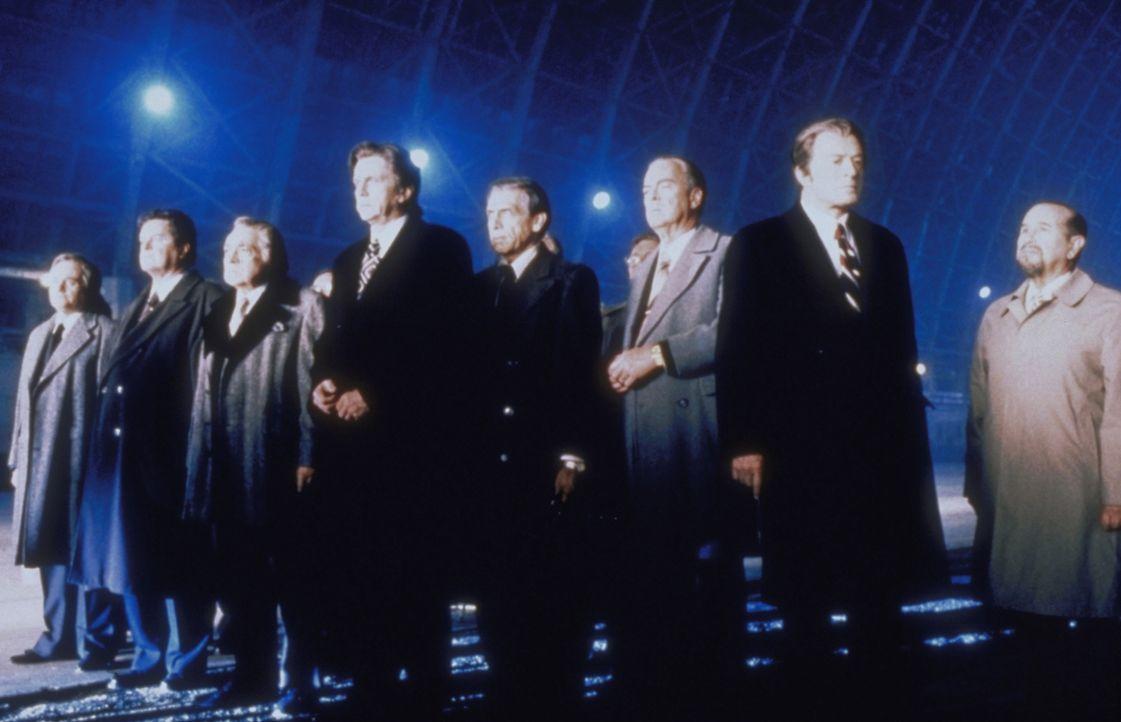 Die Gruppe der Verschwörer glaubt, dass sie nur Cassandra an die außerirdischen Kolonisten übergeben müsste, um dann selbst mit Hilfe der Hybrid-Gen... - Bildquelle: TM +   2000 Twentieth Century Fox Film Corporation. All Rights Reserved.