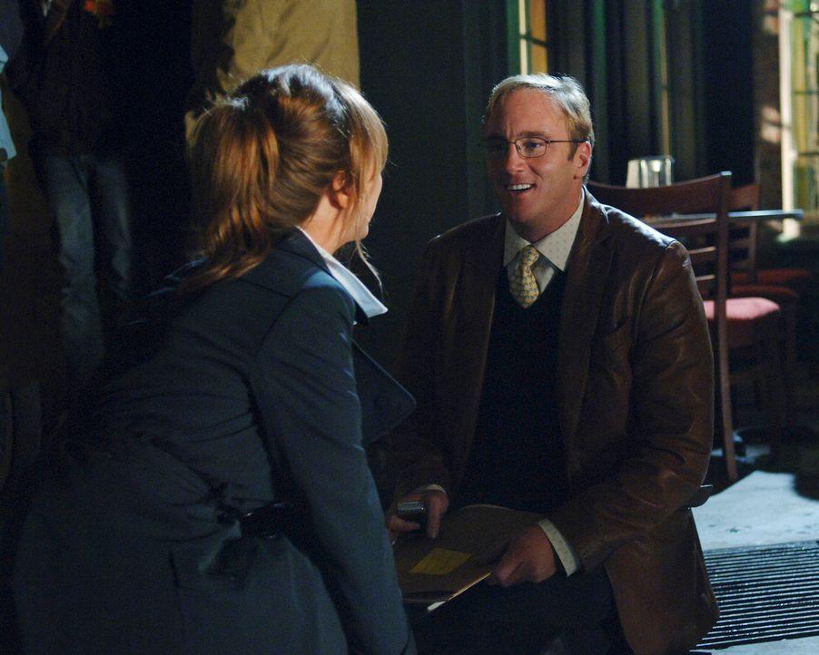 Ist es wirklich Zufall, dass Professor Payne (Jay Mohr, r.) auf Nina (Nikki Cox, l.) trifft, mit der er vor Jahren eine heiße Affäre hatte? - Bildquelle: ABC Studios