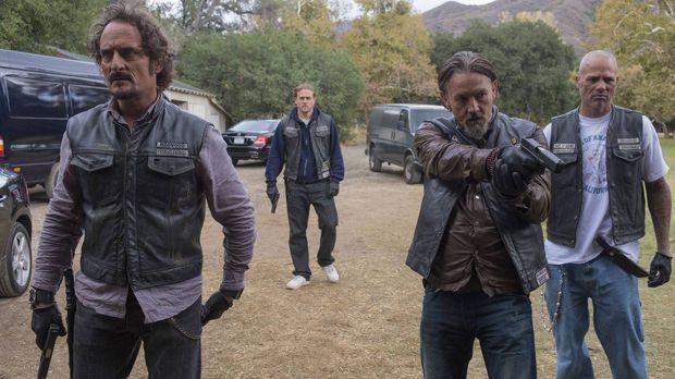 In dem Versuch, sich aus dem Waffengeschäft zu befreien, laufen Jax (Charlie...