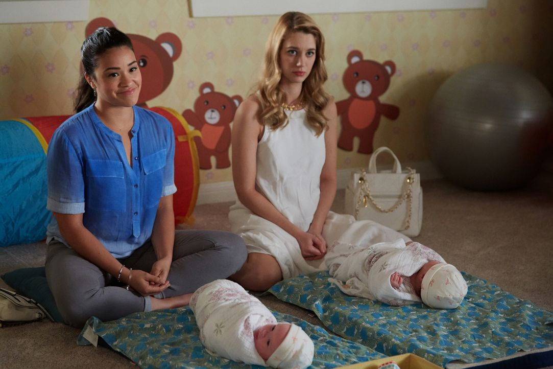 Jane (Gina Rodriguez, l.) steht Petra (Yael Grobglas, r.) zur Seite, damit sie sich besser in ihre Mutterrolle einfinden kann ... - Bildquelle: Tyler Golden 2016 The CW Network, LLC. All rights reserved.