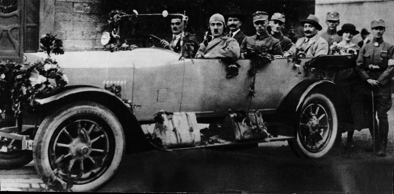1923: Adolf Hitler (2.v.l.) im Mercedes unterwegs - Bildquelle: Archivio Mondadori Mondadori / Getty Images