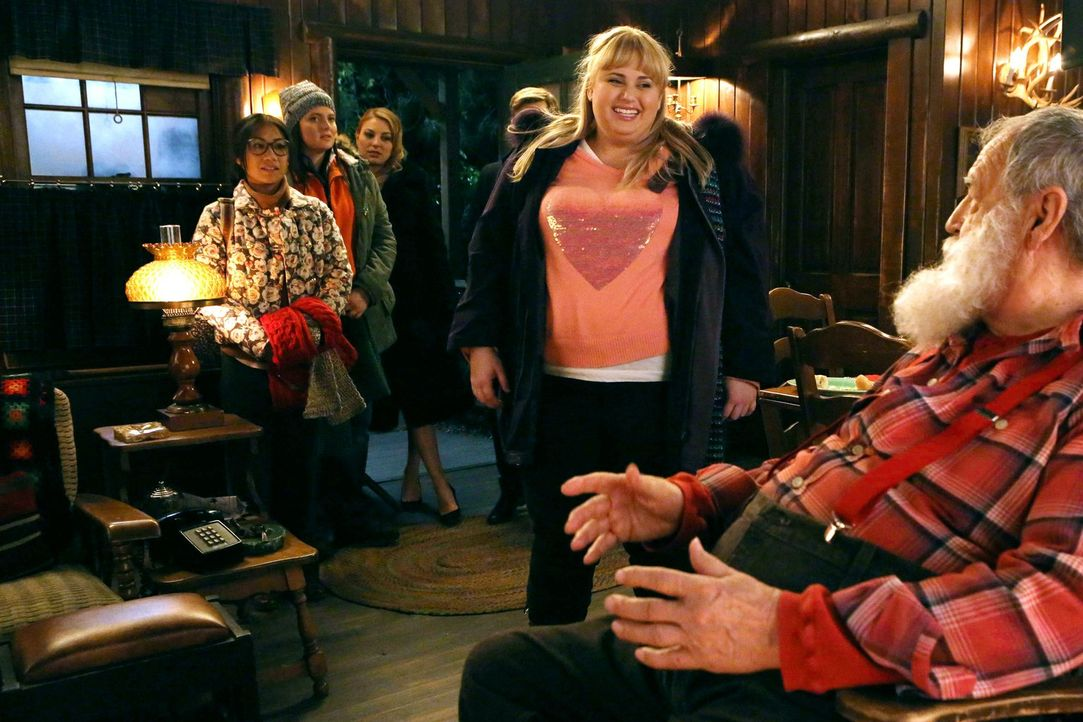 Nachdem Kimmie (Rebel Wilson, M.) und ihre Crew (hinten v.l.n.r) Helen-Alice (Liza Lapira), Marika (Lauren Ash) und Kendall (Kate Jenkinson) eine ne... - Bildquelle: Warner Brothers