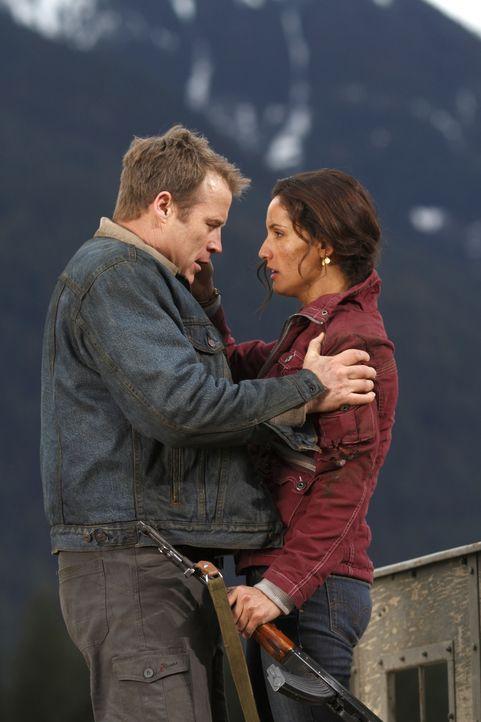 Ein neuer Auftrag führt sie zusammen: Maria (Leonor Varela, r.) und Chance (Mark Valley, l.) ... - Bildquelle: Warner Brothers