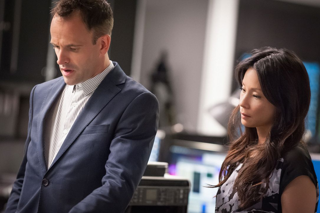 Joan (Lucy Liu, r.) ist sauer, weil Holmes (Jonny Lee Miller, l.)  Kontakt mit ihrem Freund Andrew hat - was bezweckt er damit? - Bildquelle: CBS Television