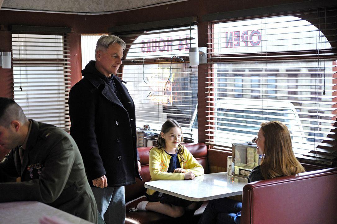 Bei einem Stopp für seinen allmorgendlichen Kaffee findet sich Gibbs (Mark Harmon, 2.v.l.) auf einmal in einem Schusswechsel wieder. In einem Moment... - Bildquelle: CBS Television