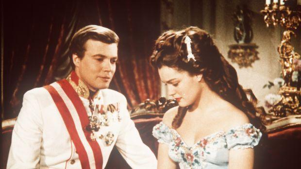 Gegen den Willen seiner Mutter, kommen sich Kaiser Franz - Joseph (Karlheinz...